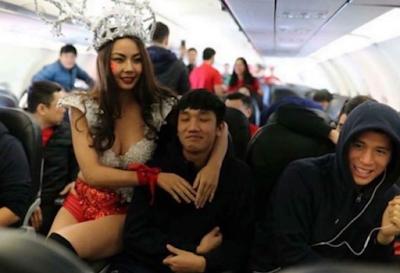 """Màn chào mừng U23 Việt nam rất """"lố"""" của Vietjet Airline"""
