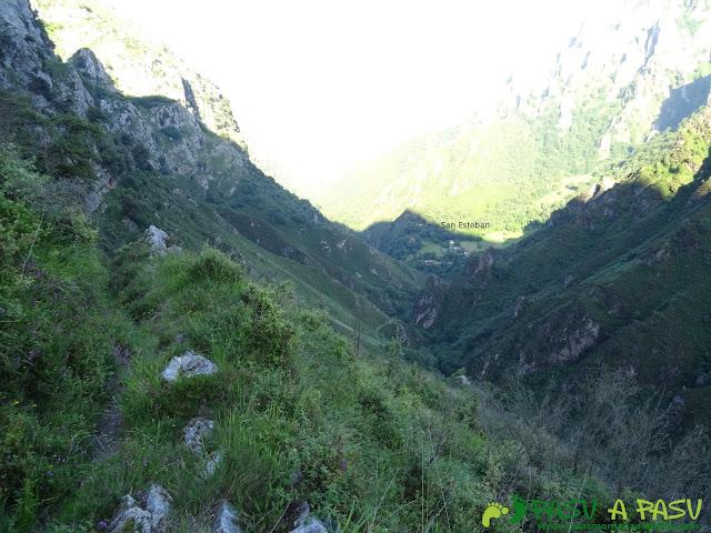 Ruta al Cueto Cerralosa y Jajao: San Esteban en el fondo del valle