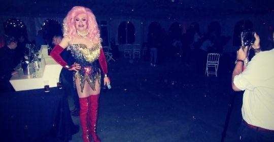 Durante el show drag queen Gabrielle en Ayllón. Espectáculo para boda.