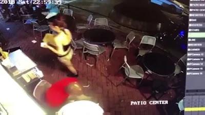 hombre toco los glúteos a mujer