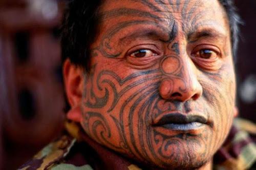 Foto de homem maori com rosto tatuado