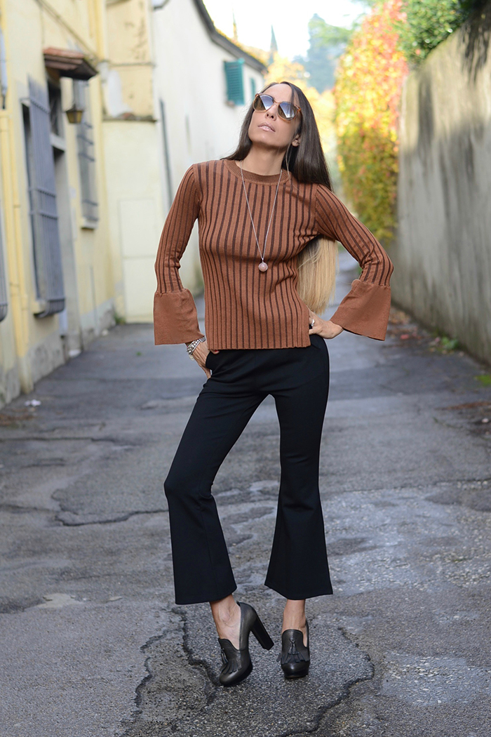 pantaloni a zampa cropped