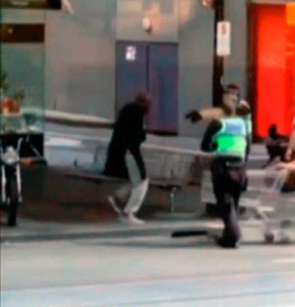 Vídeo, Policía dispara a un hombre tras matar a otro con un cuchillo