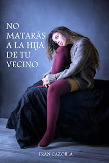 Una chica vestida con unas medias de lana larga y un jersey de lana largo. Portada de la novela No matarás a la hija de tu vecino de Fran Cazorla. Participa en el premio amazon 2020