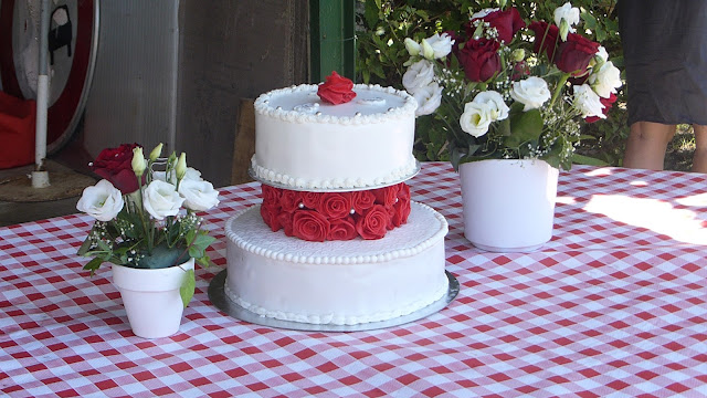 wedding cake, roses rouges
