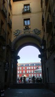 Este callejón tiene al fondo un arco de acceso a la plaza Mayor y sobre él una placa dedicada los héroes, sobre ella una corona de laurel y a los lados dos ángeles en relieve.
