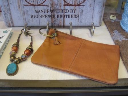 Bolso cartera de piel con anilla o argolla y collar colgante azul