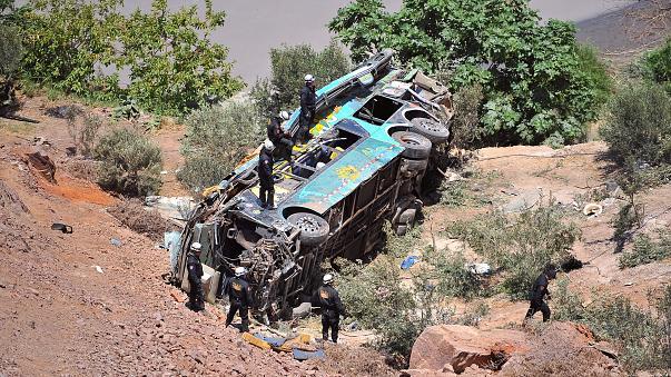 Τραγωδία με λεωφορείο που έπεσε σε φαράγγι - Δεκάδες νεκροί
