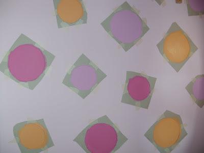 Βάφουμε μέσα τους κύκλους με πλαστικό χρώμα