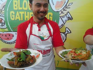 Chef Ari Galih memamerkan hasil demo masaknya, Gabus Pucung dan Pecak Gurame