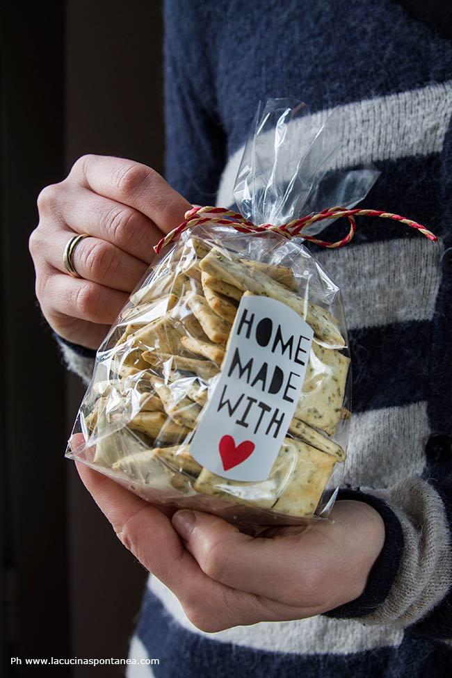 Foto con sacchetto con crackers provenzali