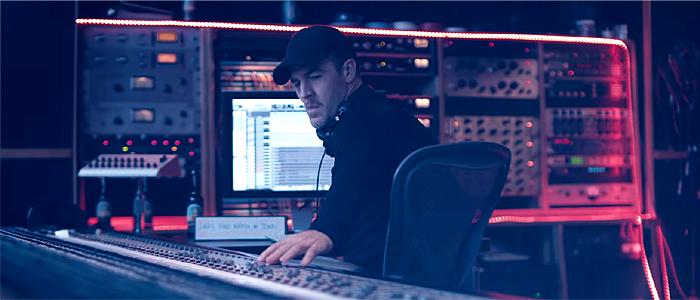 レコーディングスタジオで作業するディプロ(Diplo)