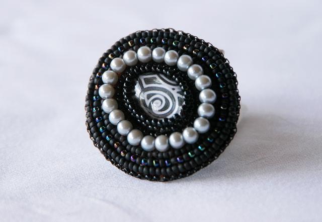 Broszka z perłami, haft koralikowy
