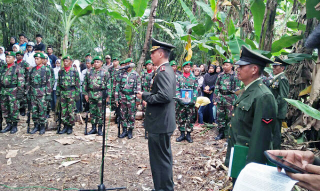 Isak Tangis Warnai Pemakaman Anggota TNI yang Tewas Kecelakaan