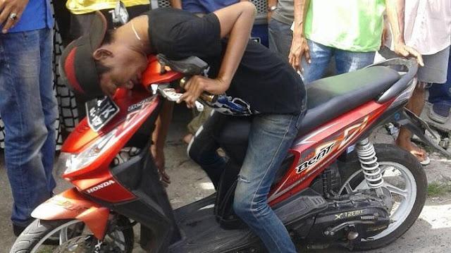 Inna Lillahi, Tukang Parkir Ini Meninggal Dalam Keadaan Duduk Bersandar di Motornya