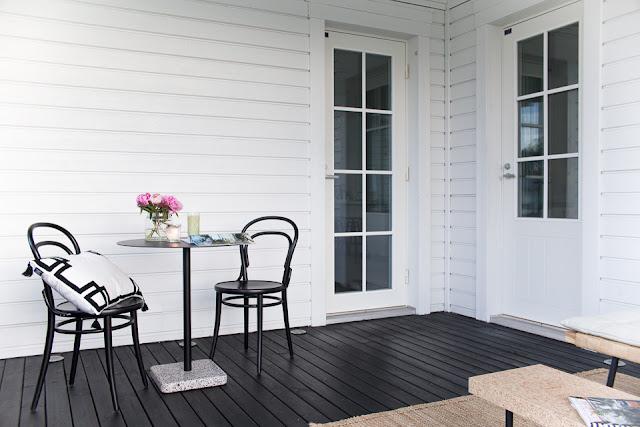 Villa H, terassi, kahvihetki, TON-tuoli, pionit, terassi, Hayn terrazzo-pöytä