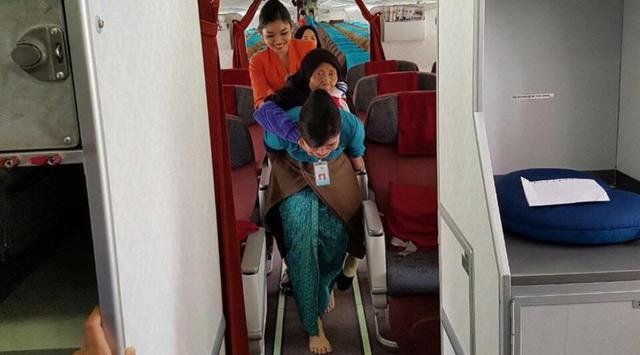Gendong Seorang Nenek Keluar dari Pesawat, Aksi Keren Pramugari Garuda Indonesia Ini Jadi Viral dan Tuai Pujian dari Netizen