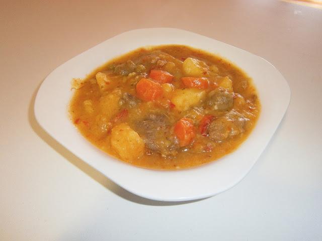 Cocido de patatas, carne y azafrán.