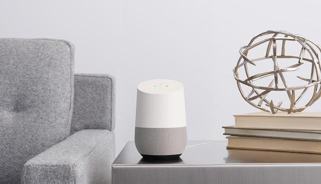 Abbildung eines Google Homes auf einem Tisch stehend.