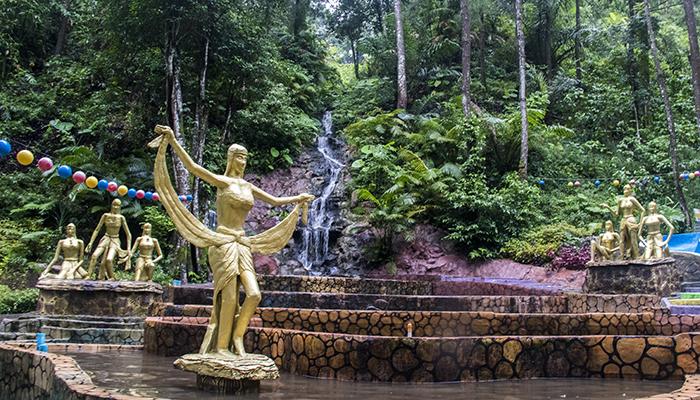 Kolam dan Ornamen Patung di Srambang Park, Ngawi