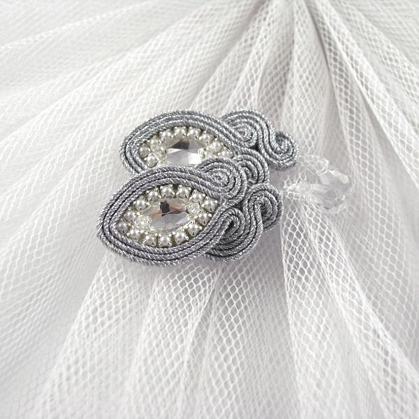 Kolczyki ślubne do koronkowej sukni ślubnej.