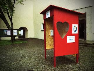 Herzhuette vor der Heilig Geist Kirche in Schondorf