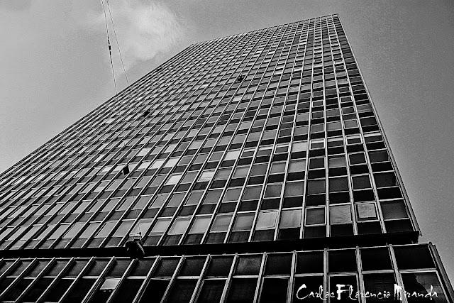 Edificio en perspectiva tomado desde abajo.