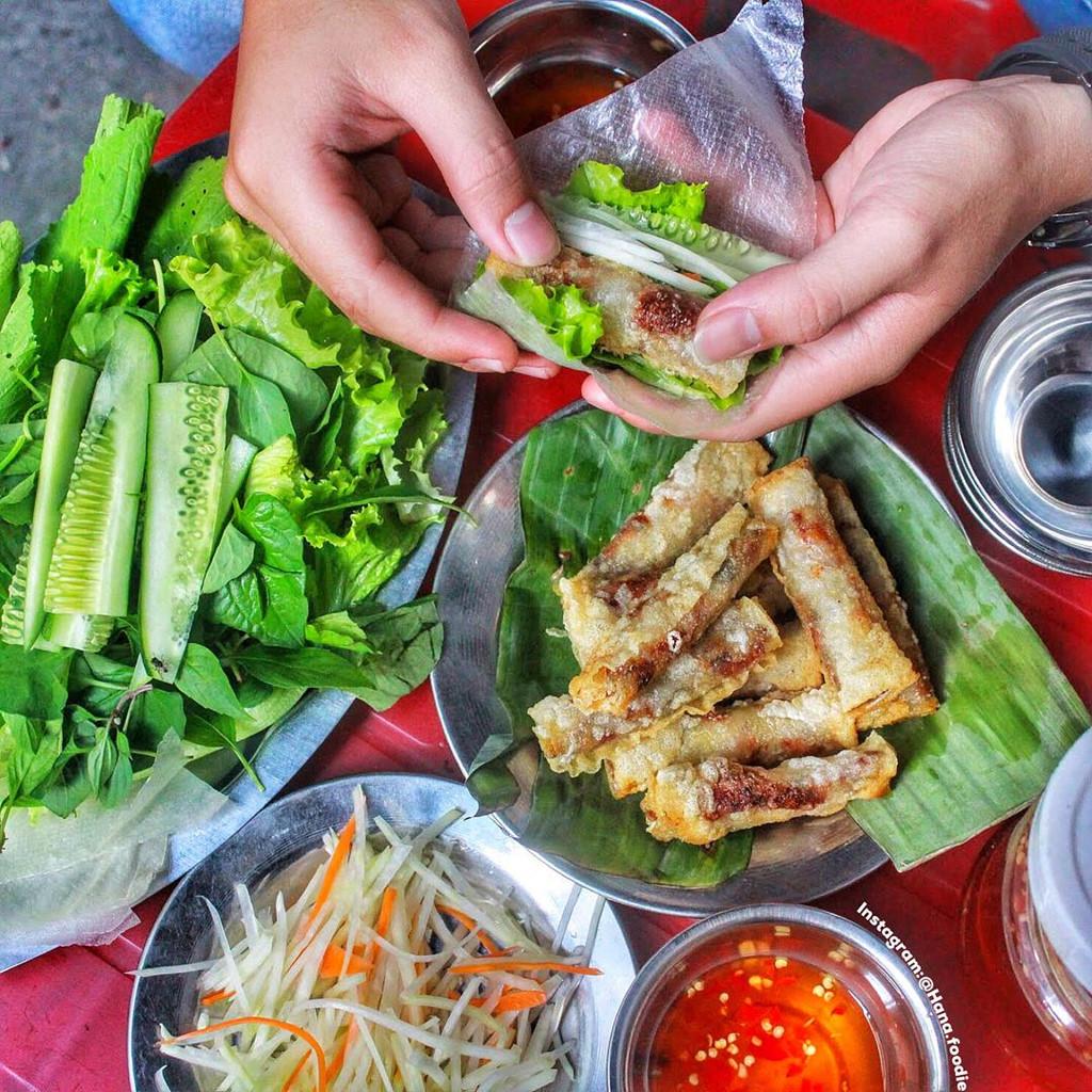 Ram cuốn lá cải: Là một trong những món ăn ngon Đà Nẵng, ram cuốn lá cải được bán nhiều trong chợ hay những quán vỉa hè.