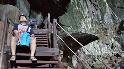 Menunggu sambil melihat lubang gua Lagang