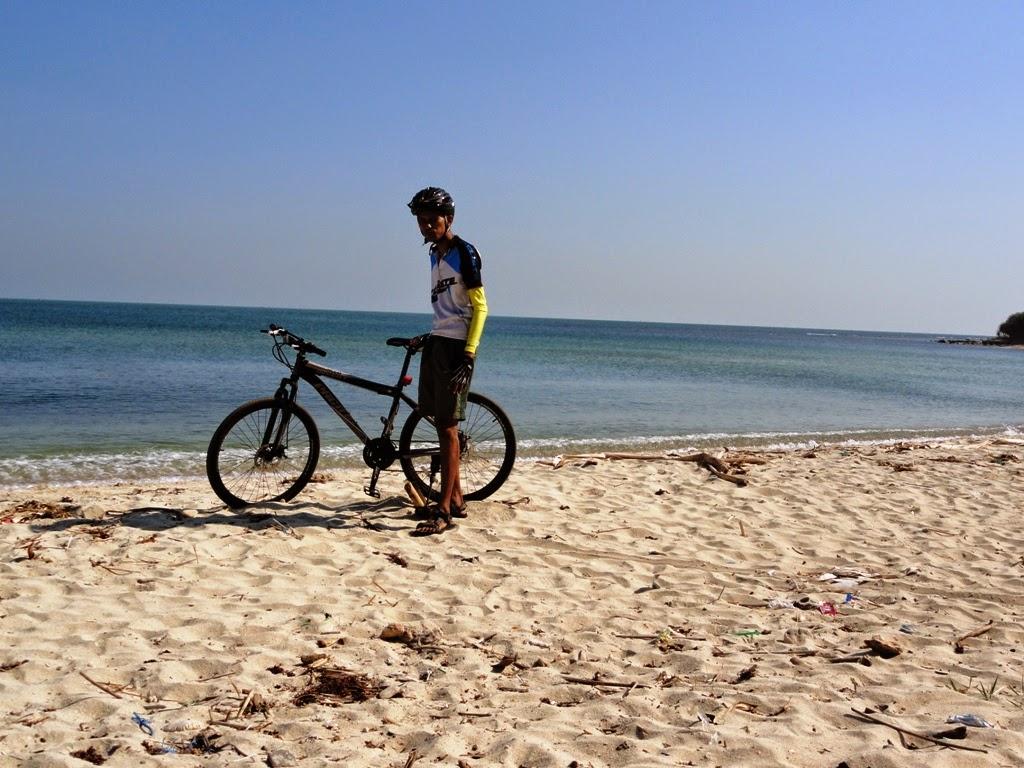 Narsis dulu bareng sepeda dipantai Empu Rancak, Karanggondang, Jepara