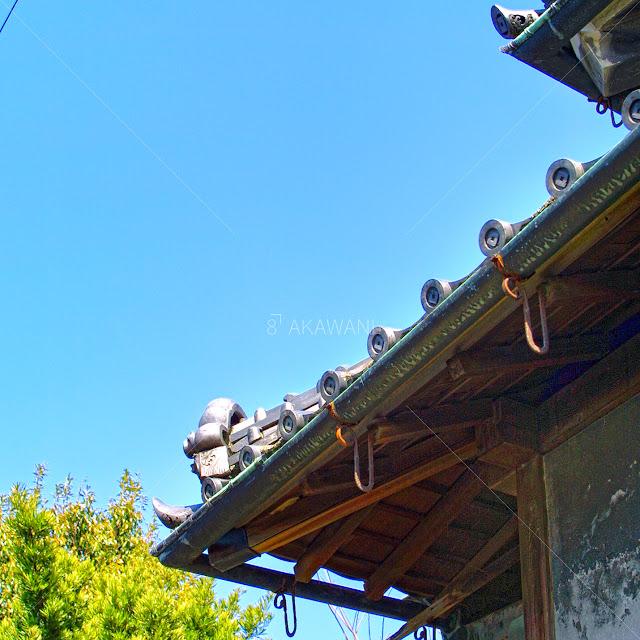 大正時代の木造日本建築の銅雨樋の軒樋の出隅部分の斜め後ろから