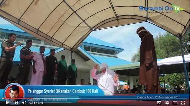 Video - Ketangkap Basah Sedang Bermesraan , Pasangan Muda Mudi Di Aceh Ini Mendapat Hukuman Cambuk.