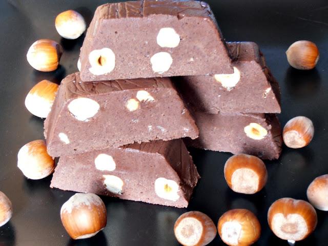 http://www.caietulcuretete.com/2012/02/ciocolata-de-casa-cu-alune-de-padure.html