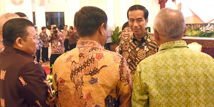 Presiden Jokowi berbincang dengan peserta Rakornas Pengendalian Karhutla 2017, di Istana Negara, Jakarta, Senin (23/1/2017) pagi.