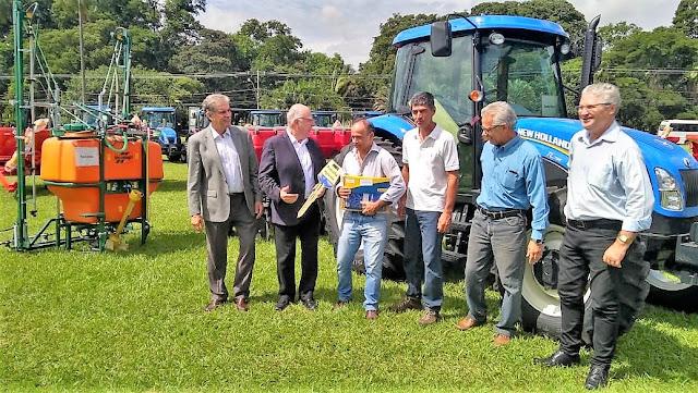 Bananal recebeu trator e equipamentos do programa Patrulha Agrícola em ato com o Secretário Arnaldo Jardim.