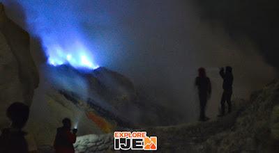 bluefire si api biru di kawah gunung ijen