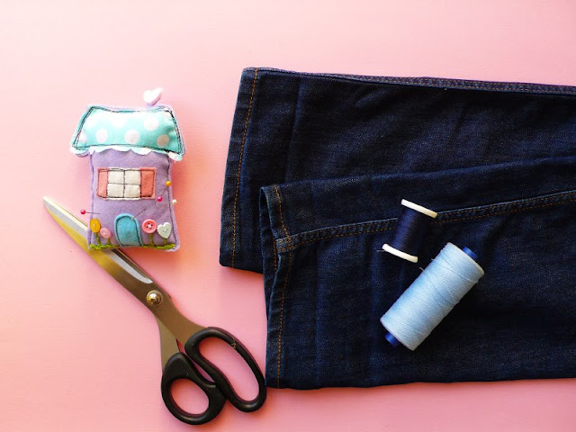 Come fare l'orlo ai jeans mantenendo quello originale