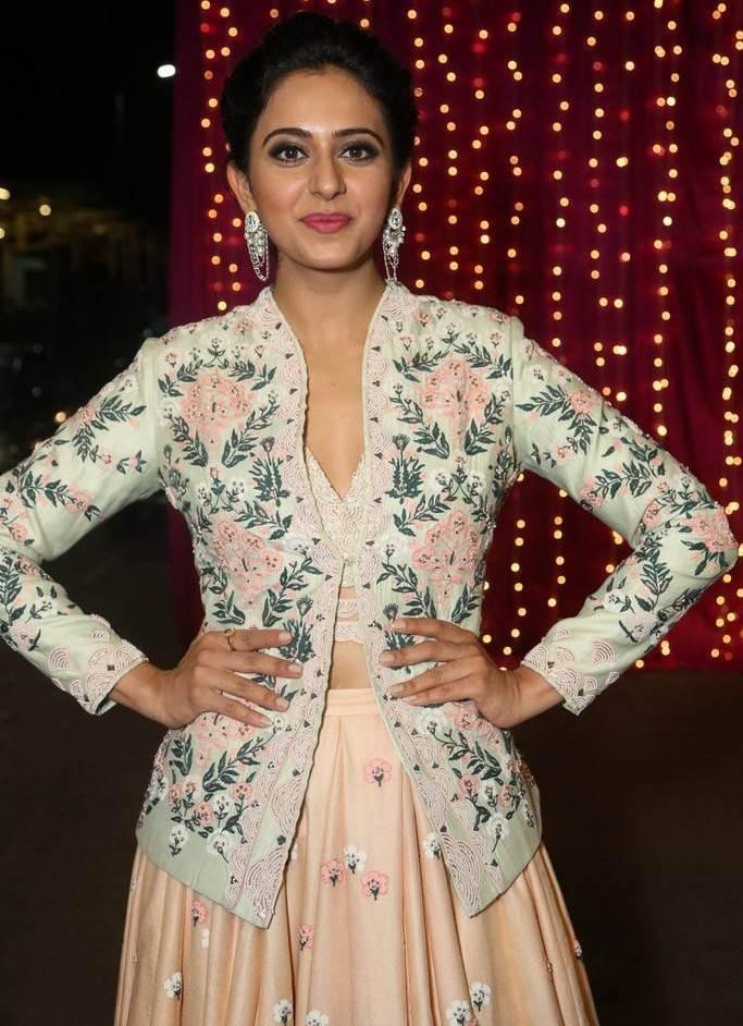 Rakul Preet Singh At Zee Telugu Apsara Awards 2017 In Pink Dress
