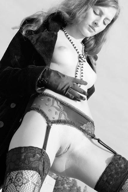 Bild av en naken modell med ett sensuellt pärlhalsband