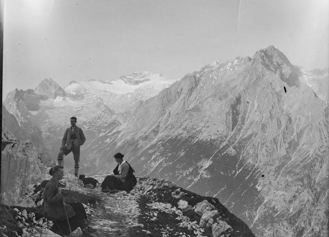 Detail - Drei Personen vor dem Zugspitzplatt vom Weg zwischen Schachenhaus und Meilerhütte aus fotografiert - um 1910-1920