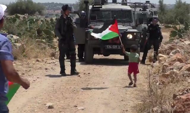 Padre insta a los soldados a disparar hijo durante la protesta