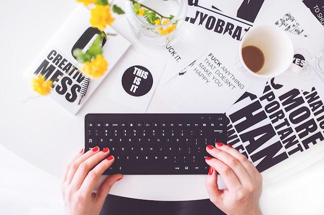 Kreatives Chaos auf einem Schreibtisch, der zur Selbstmotivation anregt.