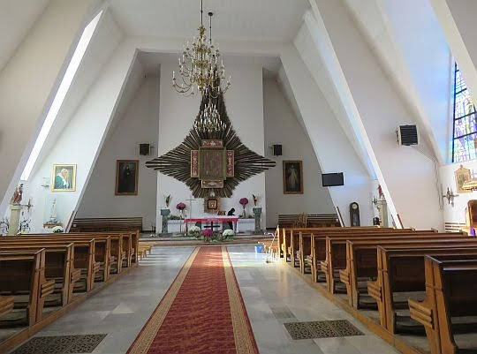 Wnętrze nowego kościóła pw. Narodzenia Najświętszej Maryi Panny w Jodłowniku.