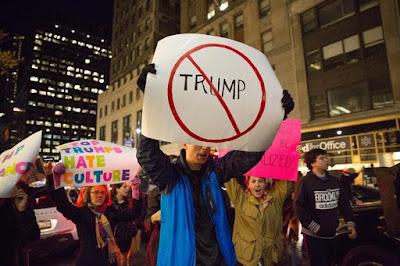 Los manifestantes tomaron las calles en una manifestación anti-Trump frente a la Torre Trump en Manhattan, Nueva York. Foto: EFE