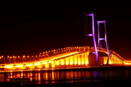Jembatan Suramadu : tempat wisata di jatim yang menarik