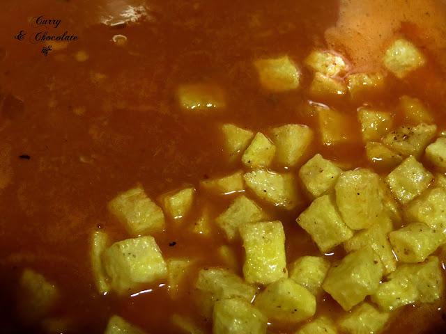 Añadiendo las patatas fritas