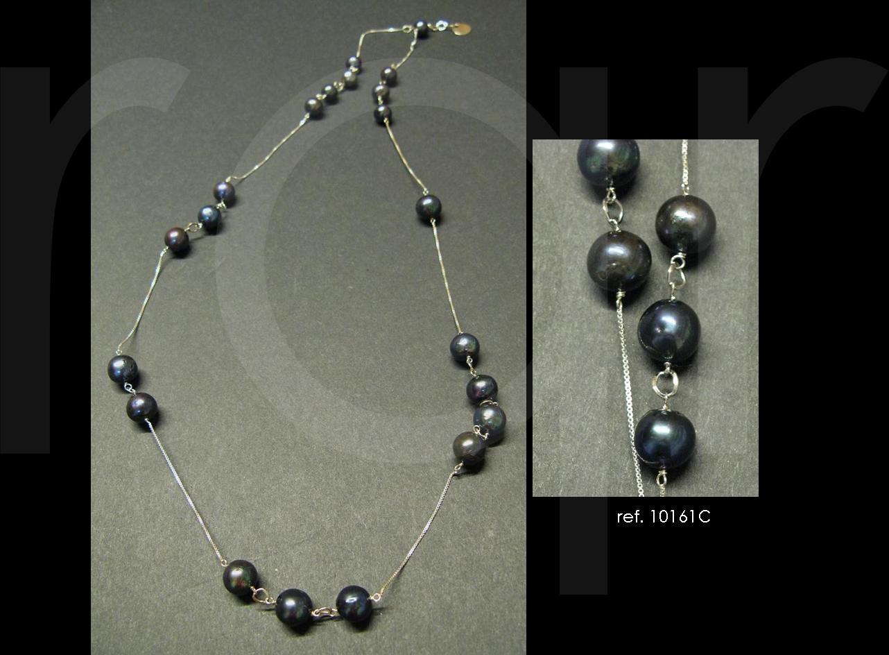 53793b368be2 perlas negras engarzadas entre una cadena de plata muy pero que muy fina.  Un collar muy fino que se puede llevar solo o acompañado de un colgante