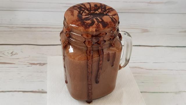 Smoothie frappuccino de chocolate con nata de coco