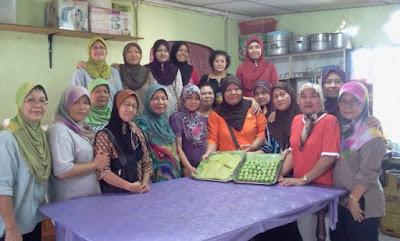 para wanita penghuni kampung