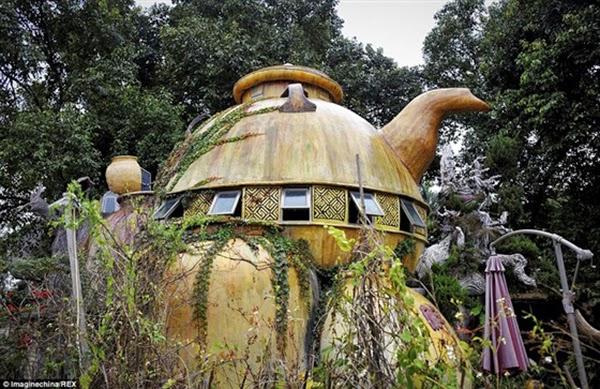 فنان يبني منزلًا على شكل إبريق الشاي في الغابة